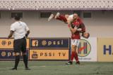 Pesepak bola Bali United, Ilija Spasojevic (kedua kanan) menggendong rekannya Melvin Platje setelah berhasil membobol gawang Barito Putera dalam pertandingan lanjutan Liga 1 2021 di Tangerang, Banten, Sabtu (11/9/2021). Bali United menang atas Barito Putera dengan skor 2 - 1. Antaranews Bali/Bali United/nym.