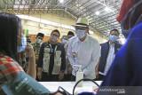Gubernur Jawa Barat Ridwan Kamil (dua kanan) didampingi Bupati Indramayu Nina Agustina (tengah) meninjau Gebyar Vaksinasi Jabar Juara di Gor Bumi Patra, Indramayu, Jawa Barat, Jumat (10/9/2021). Pemprov Jabar menargetkan 37 juta warga Jawa Barat tervaksinasi COVID-19 hingga Desember mendatang untuk mencapai kekebalan Komunal (Herd Immunity). ANTARA FOTO/Dedhez Anggara/agr