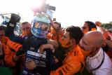 Pebalap Ricciardo rayakan kemenangan saat McLaren finis 1-2 di Monza