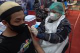 Wadanlantamal VIII pantau Serbuan Vaksinasi  peringati HUT ke-76 TNI AL