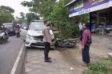 Salah menyalip, sepeda motor vs mobil adu jangkrik di Jalan Raya Pringgarata