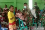 Satgas TNI Yonif 403 bagikan pakaian untuk warga di perbatasan RI-PNG