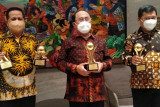 Bupati Kulon Progo Sutedjo meraih TOP BUMD Award