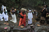 Sejumlah seniman menampilkan pertunjukan seni tari Peradaban Desa saat Festival Lima Gunung (FLG) XX di kawasan lereng Gunung Merbabu, Warangan, Pakis, Magelang, Jateng, Minggu (12/9/2021). FLG tahun ini mengusung tema Peradaban Desa yang diselenggarakan secara daring dengan peserta terbatas guna mencegah penyebaran COVID-19. ANTARA FOTO/Anis Efizudin/nym.
