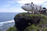 Pekerja menyelesaikan perakitan badan pesawat bekas di kawasan Pantai Nyang-Nyang, Badung, Bali, Minggu (12/9/2021). Badan pesawat udara bekas tersebut dirakit menjadi menjadi vila untuk akomodasi wisata berkonsep