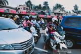 Suasane kemacetan di Jalur Puncak, Kabupaten Bogor, Jawa Barat, pada hari Minggu siang (12/8/2021) seiring banyaknya pengendara yang mulai meninggalkan kawasan Puncak untuk kembali ke tempat masing-masing. (Foto ANTARA/Linna Susanti).