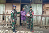 Satgas TNI bagikan bantuan bahan pangan ke warga perbatasan RI-Timor Leste