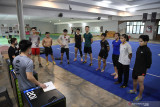 Sejumlah atlet Wushu Jatim mengikuti arahan pelatih di sela-sela latihan di Surabaya, Jawa Timur, Senin (13/9/2021). Wushu merupakan salah satu cabang olahraga  unggulan Jatim dan Bobby  menjadi salah satu atlet Wushu unggulan yang diharapkan mampu meraih medali emas pada PON Papua. Antara Jatim/Zabur Karuru/zk