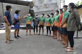 Sejumlah atlet Panjang Tebing Jatim mengikuti arahan pelatih di sela-sela latihan di Surabaya, Jawa Timur, Senin (13/9/2021). Panjang Tebing merupakan salah satu cabang olahraga  unggulan Jatim dan sejumlah atlet unggulannya diharapkan mampu meraih medali emas pada PON Papua. Antara Jatim/Zabur Karuru/zk