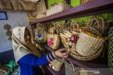 Perajin menyusun hasil kerajinan tangan berbahan kulit jagung dan eceng gondok yang akan dijual di Mujisela Craft, Kecamatan Labuanamas Selatan, Kabupaten Hulu Sungai Tengah, Kalimantan Selatan, Senin (13/9/2021). Menurut pemilik Mujisela Craft, permintaan berbagai jenis kerajinan tangan berbahan baku eceng gondok dan kulit jagung mengalami peningkatan hingga 90 persen di tengah pandemi COVID-19 untuk dikirim ke berbagai daerah seperti ke Jawa, Medan dan Bali yang dijual Rp10.000 sampai Rp400.000. Foto Antaranews Kalsel/Bayu Pratama S.