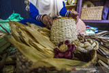 Perajin menunjukkan produk kerajinan tangan berbahan kulit jagung di Mujisela Craft, Kecamatan Labuanamas Selatan, Kabupaten Hulu Sungai Tengah, Kalimantan Selatan, Senin (13/9/2021). Menurut pemilik Mujisela Craft, permintaan berbagai jenis kerajinan tangan berbahan baku eceng gondok dan kulit jagung mengalami peningkatan hingga 90 persen di tengah pandemi COVID-19 untuk dikirim ke berbagai daerah seperti ke Jawa, Medan dan Bali yang dijual Rp10.000 sampai Rp400.000. Foto Antaranews Kalsel/Bayu Pratama S.