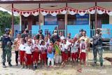Satgas TNI Yonif 131 bagikan pakaian seragam sekolah untuk siswa SD perbatasan