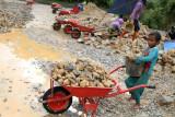 Seorang bocah membantu bekerja mengangkat pecahan batu gunung di Desa Wawatu, Kecamatan Moramo Utara, Konawe Selatan, Sulawesi Tenggara, Jumat (10/9/2021). Buruh pemecah batu gunung tersebut mendapat upah Rp100 ribu hingga Rp 150 per harinya sesuai dengan volume pecahan batu. ANTARA FOTO/Jojon/wsj.