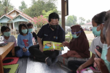 Erick Thohir antarkan buku dan alat gambar  ke anak-anak Desa Cikuya
