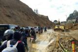 Material longsor menutup poros jalan Mamasa-Mamuju Sulbar