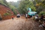 Jalan Poros Mamuju berlakukan buka tutup akibat longsor