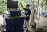 Tim teknisi mengoperasikan prototype mesin pengolah sampah di Fakultas Pendidikan Teknologi dan Kejuruan - Universitas Pendidikan Indonesia, Bandung, Jawa Barat, Senin (13/9/2021). Tim gabungan dosen dan mahasiswa tersebut mengembangkan mesin pengolah sampah anorganik yang merupakan hibah dari jepang untuk didesain dengan kapasitas setengah hingga satu meter kubik yang ramah emisi untuk kedepanya diharapkan bisa digunakan hingga tingkat RW di Kota Bandung. ANTARA FOTO/Novrian Arbi/foc.