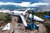 Foto udara aktivitas pengerjaan perakitan badan pesawat bekas di kawasan Pantai Nyang-Nyang, Badung, Bali, Minggu (12/9/2021). Badan pesawat udara bekas tersebut dirakit menjadi menjadi vila untuk akomodasi wisata berkonsep