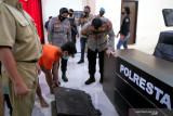 Pencuri pelat besi penutup drainase jalan umum di Kota Mataram ditangkap