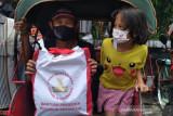 Presiden Joko Widodo bagikan sembako saat mudik ke Solo