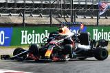 Verstappen diganjar penalti karena tabrakan dengan Lewis Hamilton di Monza