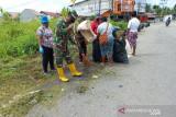 Aparat TNI Mimika ajak warga kerja bakti bersihkan lingkungan