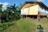 Satgas TNI Yonif 131 renovasi rumah warga di perbatasan RI-PNG