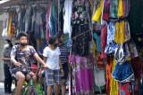 Pengunjung memilih pakaian yang dijual di Pasar Seni Kuta, Badung, Bali, Selasa (14/9/2021). Pemerintah menurunkan PPKM dari PPKM Level 4 menjadi PPKM Level 3 di seluruh wilayah kabupaten/kota di Provinsi Bali selama perpanjangan PPKM hingga 20 September 2021. ANTARA FOTO/Fikri Yusuf/nym