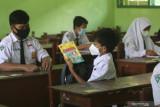 Siswa mengikuti pembelajaran tatap muka terbatas (PTMT) di SMP N 1 Ngasem, Kediri, Jawa Timur, Selasa (14/9/2021). Sejumlah sekolah jenjang pendidikan SD dan SMP di Kabupaten Kediri mulai menyelenggarakan PTMT yang diikuti maksimal 50 persen siswa dengan menerapkan protokol kesehatan COVID-19. Antara Jatim/Prasetia Fauzani/zk