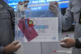 Petugas Kepolisian menunjukan barang bukti berupa sertifikat vaksin palsu saat pengungkapan tindak pidana jasa pembuatan sertifikat vaksin COVID-19 palsu di Aula Ditlantas Polda Jabar, Bandung, Jawa Barat, Selasa (14/9/2021). Ditreskrimsus Polda Jabar berhasil mengungkap jasa pembuatan vaksin COVID-19 palsu dari empat tersangka yang menjual sertifikat tersebut dengan harga Rp100.000 hingga Rp300.000 dan tersangka diancam dengan hukuman 12 tahun penjara. ANTARA FOTO/Raisan Al Farisi/agr