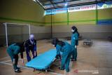 Tenaga kesehatan merapikan Shelter COVID-19 di Desa Ciwaruga, Parongpong, Kabupaten Bandung Barat, Jawa Barat, Selasa (14/9/2021). Shelter COVID-19 Desa Ciwaruga, Kecamatan Parongpong tersebut terakhir menerima warga isolasi mandiri pada 6 September 2021 lalu seiring melandainya kasus COVID-19 di desa tersebut. ANTARA FOTO/Raisan Al Farisi/agr