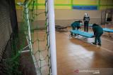 Tenaga kesehatan merapikan tempat tidur bagi pasien COVID-19 di Shelter COVID-19 Desa Ciwaruga, Parongpong, Kabupaten Bandung Barat, Jawa Barat, Selasa (14/9/2021). Shelter COVID-19 Desa Ciwaruga, Kecamatan Parongpong tersebut terakhir menerima warga isolasi mandiri pada 6 September 2021 lalu seiring melandainya kasus COVID-19 di desa tersebut. ANTARA FOTO/Raisan Al Farisi/agr