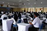 Peserta bersiap mengikuti ujian Seleksi Kompetensi Dasar (SKD) pengadaan Calon Aparatur Sipil Negara (CASN) Pemkot Madiun 2021 di Aula Asrama Haji Kota Madiun, Jawa Timur, Selasa (14/9/2021). SKD pengadaan CASN Pemkot Madiun 2021 diikuti 3.292 orang peserta yang memperebutkan 300 formasi. Antara Jatim/Siswowidodo/zk