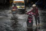 Sumbar dan belasan provinsi berpotensi hujan lebat dan banjir pada Senin