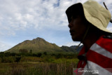 Aktivitas petani merawat tanaman bawang di kaki gunung api Burni Telong, Bener Meriah, Aceh, Selasa (14/9/2021). Burni telong yang memiliki ketinggian 2.624 meter di atas permukaan laut merupakan satu dari  lima gunung api aktif di Provinsi Aceh yang pernah meletus pada 1837, 1839, 1856, 1919, dan 1924. ANTARA/Irwansyah Putra