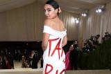 Ocasio-Cortez kenakan gaun berslogan politis di  Met Gala 2021