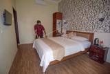 Seorang pekerja merapikan kamar salah satu hotel di Kuta Beach Park the Mandalika, Praya, Lombok Tengah, NTB, Selasa (14/9/2021). Di kawasan lingkar sirkuit Mandalika terdapat sejumlah penginapan berbagai tipe mulai dari tipe penginapan yang murah berjenis homestay dengan tarif berkisar mulai Rp55 ribu hingga Rp700 ribuan per malam dan tipe penginapan yang premium seperti hotel-hotel berbintang dengan kisaran tarif lebih mahal mulai dari Rp800 ribuan hingga Rp3 jutaan per malamnya. ANTARA FOTO/Ahmad Subaidi/aww.