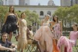 Tampilan video klip penuh warna Oscar de la Renta untuk NYFW