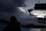 Siluet atlet loncat indah putri Jawa Barat Sari Ambarwati melakukan latihan rutin jelang pelaksanaan PON Papua di kolam renang UPI, Setiabudi, Bandung, Jawa Barat, Rabu (15/9/2021). Tim loncat indah Jawa Barat menurunkan tiga atletnya untuk bertanding di PON Papua dan menargetkan satu medali emas dan satu perak. ANTARA FOTO/M Agung Rajasa/agr