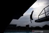 Siluet atlet loncat indah putra Jawa Barat Aryanto Saputra melakukan latihan rutin jelang pelaksanaan PON Papua di kolam renang UPI, Setiabudi, Bandung, Jawa Barat, Rabu (15/9/2021). Tim loncat indah Jawa Barat menurunkan tiga atletnya untuk bertanding di PON Papua dan menargetkan satu medali emas dan satu perak. ANTARA FOTO/M Agung Rajasa/agr