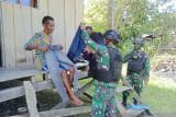 Satgas TNI bagikan pakaian untuk warga perbatasan RI-PNG