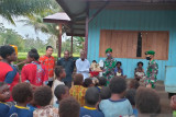Satgas TNI bagi pakaian dan Alkitab ke warga perbatasan Yakyu Merauke