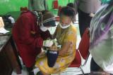 Petugas medis meneteskan vaksin polio kepada balita di kantor Kelurahan Pesantren, Kota Kediri, Jawa Timur, Rabu (15/9/2021). Pemberian imunisasi yang seharusnya dilaksanakan di puskesmas tersebut dialihkan ke kantor kelurahan setempat untuk mengurangi interaksi sosial dan memisahkan anak dari orang sakit guna menghindari penyebaran COVID-19. Antara Jatim/Prasetia Fauzani/zk