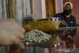 Petani mitra binaan Pertamina Geothermal Energy (PGE) Area Karaha memilah kopi arabika di Desa Dirgahayu, Kabupaten Tasikmalaya, Jawa Barat, Rabu (15/9/2021). PGE Area Karaha membantu pemulihan ekonomi kelompok tani dengan program pemberdayaan, peningkatan produksi dan mengelola kopi secara efektif dari mulai hulu hingga hilir ditengah pandemi COVID-19. ANTARA FOTO/Adeng Bustomi/agr