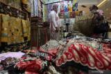 Warga memilih kain batik di salah satu stan di pameran K-UKM Expo di Grand City Mall, Surabaya, Jawa Timur, Rabu (15/9/2021). K-UKM Expo yang memamerkan berbagai produk unggulan Jawa Timur itu berlangsung sampai 19 September 2021. Antara Jatim/Didik Suhartono/zk