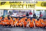 Kapolres Tulungagung AKBP Handono Subiakto (tengah, belakang) memimpin gelar ungkap kasus narkoba di halaman Mapolres Tulungagung, Tulungagung, Jawa Timur, Rabu (15/9/2021). Operasi Tumpas Semeru 2021 yang digelar sejak 1-12 September itu berhasil menangkap 24 tersangka pengedar berikut barang bukti narkotika jenis sabu total seberat 32,04 gram dan pil dobel L sebanyak 13.759 butir. Antara Jatim/Destyan Sujarwoko/zk
