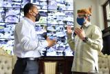Wali Kota Surabaya Eri Cahyadi (kiri) bersama Konsul Jenderal Amerika Serikat untuk Surabaya Jonathan Alan (kanan) saling berbincang saat pertemuan di Balai Kota Surabaya, Surabaya, Jawa Timur, Rabu (15/9/2021). Pertemuan tersebut membahas mengenai penanganan pandemi COVID-19 di Surabaya serta proyeksi kerja sama di bidang ekonomi dan pendidikan. Antara Jatim/Zabur Karuru/zk
