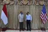 Wali Kota Surabaya Eri Cahyadi (kanan) bersama Konsul Jenderal Amerika Serikat untuk Surabaya Jonathan Alan (kiri) saling berbincang saat pertemuan di Balai Kota Surabaya, Surabaya, Jawa Timur, Rabu (15/9/2021). Pertemuan tersebut membahas mengenai penanganan pandemi COVID-19 di Surabaya serta proyeksi kerja sama di bidang ekonomi dan pendidikan. Antara Jatim/Zabur Karuru/zk