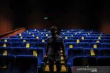 Petugas berada di dalam studio Cinema XXI Trans Studio Mall, Bandung, Jawa Barat, Kamis (16/9/2021). Pemerintah Kota Bandung kembali memberikan ijin kepada pengelola bioskop untuk membuka layanan film layar lebar dengan menerapkan protokol kesehatan ketat sesuai Peraturan Wali Kota Nomor 93 Tahun 2021. ANTARA FOTO/Raisan Al Farisi/agr