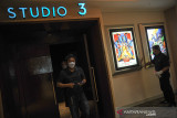 Pengunjung berjalan keluar dari studio usai menonton film di Cinema XXI Trans Studio Mall, Bandung, Jawa Barat, Kamis (16/9/2021). Pemerintah Kota Bandung kembali memberikan ijin kepada pengelola bioskop untuk membuka layanan film layar lebar dengan menerapkan protokol kesehatan ketat sesuai Peraturan Wali Kota Nomor 93 Tahun 2021. ANTARA FOTO/Raisan Al Farisi/agr